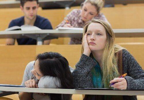 апатичные-студентки-на-лекции